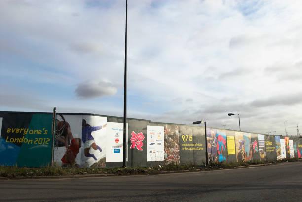 Hoarding surrounding the site of the London Olympics 2012, East London, UK:ニュース(壁紙.com)