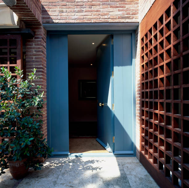 View of open front door leading to a house:ニュース(壁紙.com)