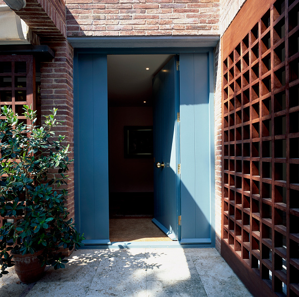 Brick House「View of open front door leading to a house」:写真・画像(16)[壁紙.com]