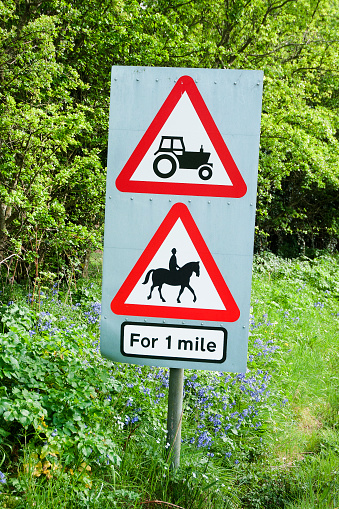 Isle of Man「Roadside traffic warning sighn, beware of agricultural tractors and people riding horses.」:スマホ壁紙(13)
