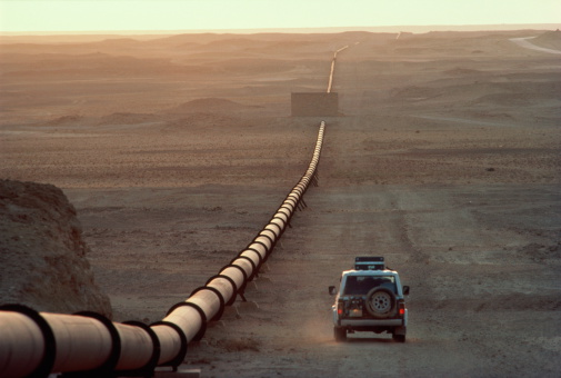 Persian Gulf Countries「Saudi Arabia, main oil pipeline, car driving by at dusk」:スマホ壁紙(4)