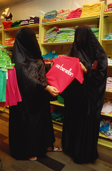 Dhahran「Women in burka, clothes shopping.」:写真・画像(1)[壁紙.com]