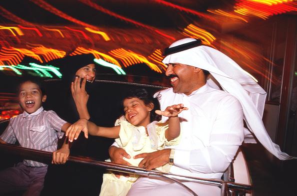 Enjoyment「Family on fairground ride, smiling.」:写真・画像(9)[壁紙.com]