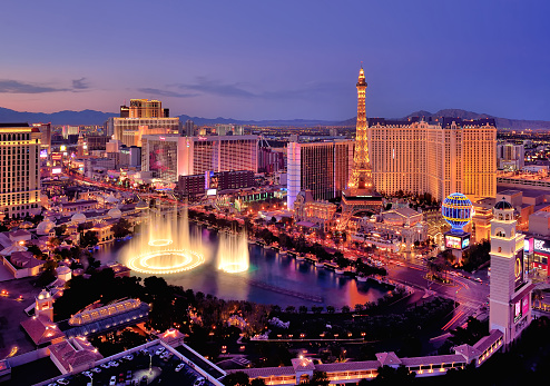 Famous Place「City skyline at night with Bellagio Hotel water fountains, Las Vegas, Nevada, America, USA」:スマホ壁紙(15)