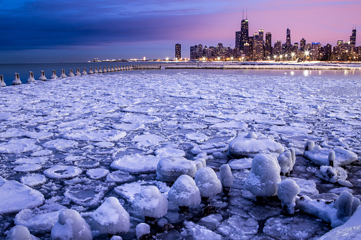 Great Lakes「City skyline seen across icy harbor, Chicago, Illinois, America, USA」:スマホ壁紙(11)
