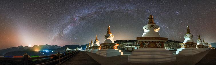 天の川「The night sky over a Buddhist shrine in Yunnan pronvince of China.」:スマホ壁紙(7)