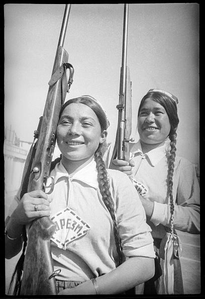 Max Penson「Girls With Rifles」:写真・画像(7)[壁紙.com]