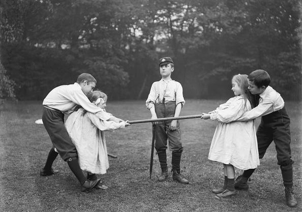 Edwardian Style「Children Playing Tug Of War」:写真・画像(7)[壁紙.com]
