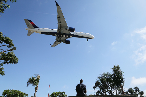 LAX Airport「Delta Airlines To Cut Flights And Raise Fares As Fuel Costs Surge」:写真・画像(8)[壁紙.com]