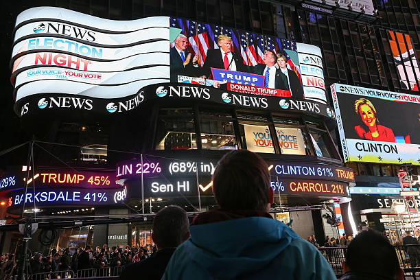 Crowds Gather In New York To Watch Election Results From Across The Country:ニュース(壁紙.com)