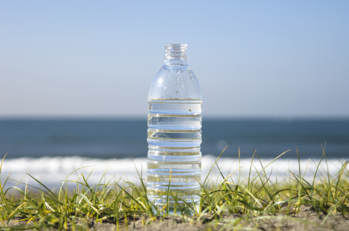 かまくら「Standing bottle of water」:スマホ壁紙(15)