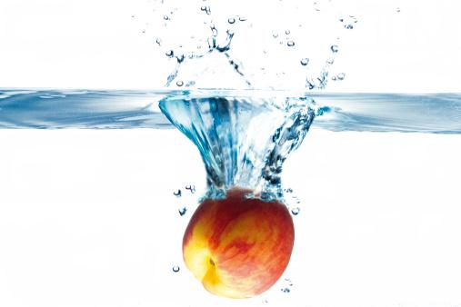 Spraying「Peach splashing into water」:スマホ壁紙(3)