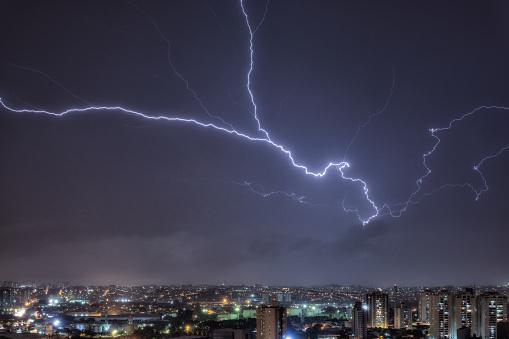 雷「Flying Lightning in a stormy night in the city」:スマホ壁紙(18)