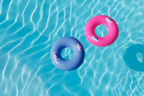 Tubing「inflatable rings in pool」:スマホ壁紙(1)