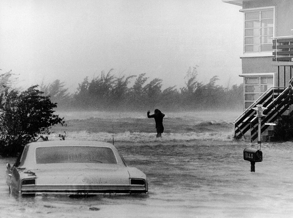 Miami Beach「Man Braves High Winds Of Hurricane Betsy」:写真・画像(8)[壁紙.com]