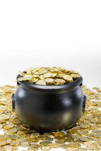 金運「ブラックにゴールドのコイン入れで、コピースペース白」:スマホ壁紙(13)