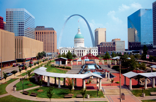 St「The plaza of the courthouse underneath the St. Louis Arch in Missouri, USA」:スマホ壁紙(2)