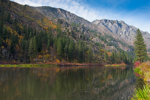 ウェナチー国有林「Fall colors and North Cascade Mountains, reflecting in Skinny Creek along Highway 2, Wenatchee National Forest, Washington State, USA」:スマホ壁紙(8)