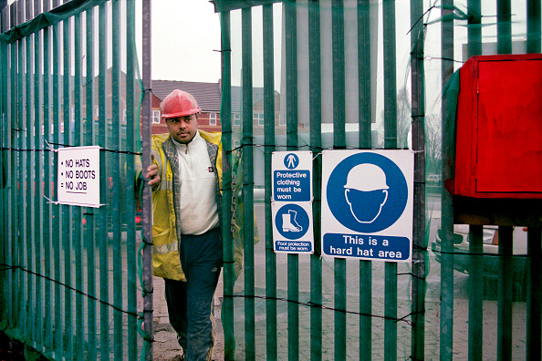 2002「Asian worker at metal site gates showing safety signs.」:写真・画像(17)[壁紙.com]