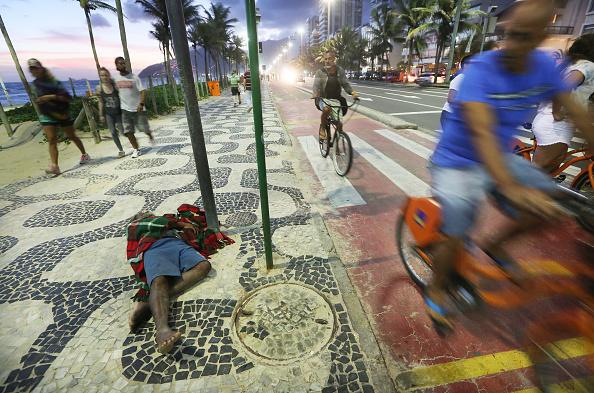 Rio「Man Sleeps Along Ipanema Beach in Rio」:写真・画像(16)[壁紙.com]