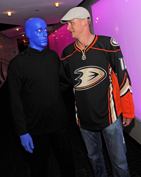 カメラ目線「NHL Star Corey Perry Visits Blue Man Group At The Venetian In Las Vegas」:写真・画像(3)[壁紙.com]