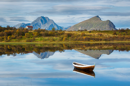 ノルウェー「Boat and Lake in Lofoten, Norway」:スマホ壁紙(13)