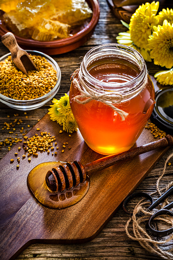 Allergy「Honey jar, bee pollen and honeycomb on rustic wooden table」:スマホ壁紙(4)