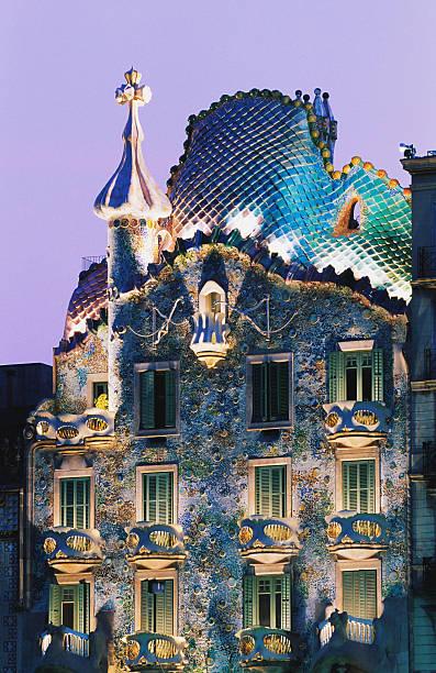 Spain, Barcelona, Gaudi's Casa Batllo, dusk:スマホ壁紙(壁紙.com)