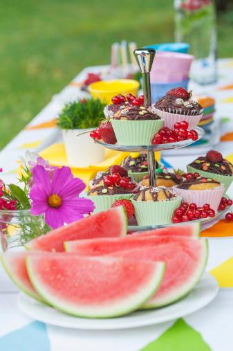 スイカ「Table in garden on a birthday party」:スマホ壁紙(17)