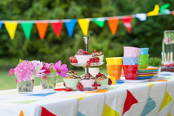 Table in garden on a birthday party:スマホ壁紙(壁紙.com)