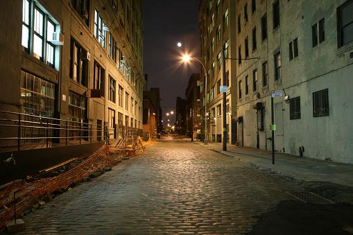 ニューヨーク市「続くブルックリンダンボコブルストーン Backstreet 満月の夜」:スマホ壁紙(11)