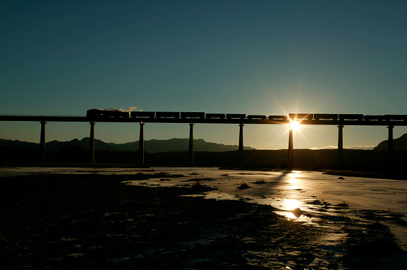 Back Lit「Sunrise and a solitary China Railway's QJ Class 2-10-2 with an eastbound freight crosses the viaduct on the approach to Jing Peng. A scene on the Ji-Tong railway」:写真・画像(18)[壁紙.com]