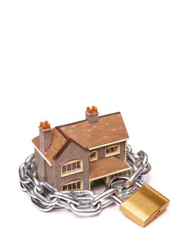 Lost「Model house protected by padlock and chain」:スマホ壁紙(10)