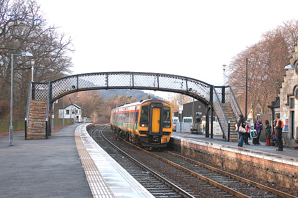 Connection「The Highland route between Perth and Inverness is now served by an hourly service which has helped service intermediate stations such as Pitlochry where passengers wait to join the incoming Inverness - Edinburgh service. March 2004.」:写真・画像(15)[壁紙.com]