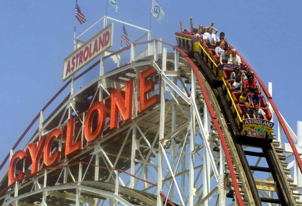 "Amusement Park Ride「""Cyclone"" Roller Coaster at Coney Island」:写真・画像(3)[壁紙.com]"