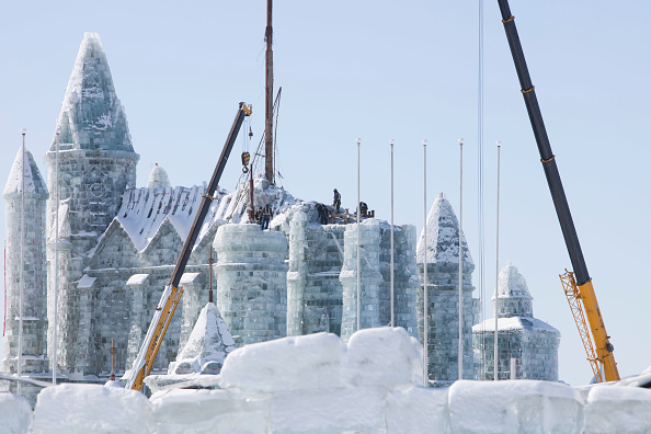 Ice Sculpture「An ice palace built with blocks of ice from the Songhue river in Harbin, Heilongjiang Province, Northern China」:写真・画像(19)[壁紙.com]