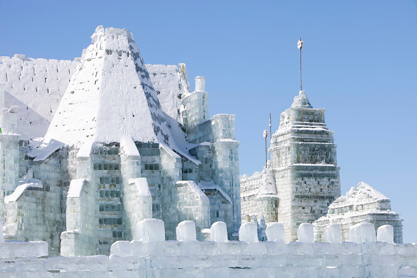 Ice Sculpture「An ice palace built with blocks of ice from the Songhue river in Harbin, Heilongjiang Province, Northern China」:写真・画像(9)[壁紙.com]