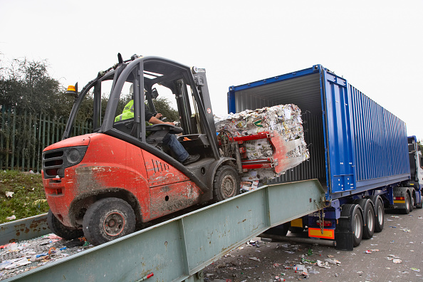 Recycling「Forklift truck loading compacted recycling on to truck」:写真・画像(10)[壁紙.com]