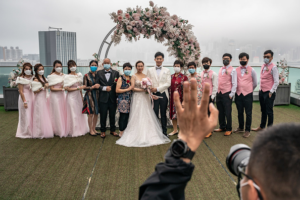 Married「Hong Kong Imposes Social Distancing As The Coronavirus Continue To Spread」:写真・画像(3)[壁紙.com]