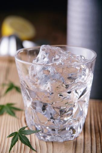 氷「Glass of shochu」:スマホ壁紙(18)