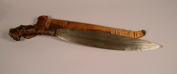 The Knife「Barong knife in wood sheath with elaborate open work carving at the top of sheath」:写真・画像(2)[壁紙.com]