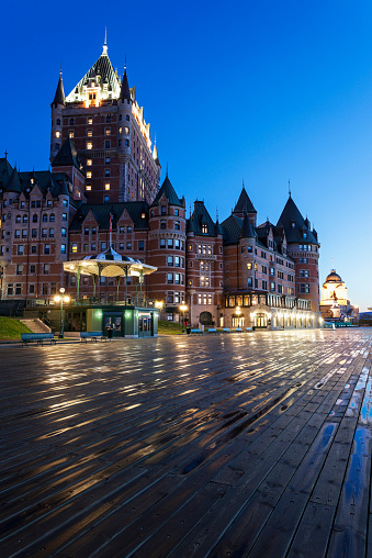 雨「Canada, Quebec, Quebec City, Illuminated Chateau Frontenac seen from boardwalk」:スマホ壁紙(3)
