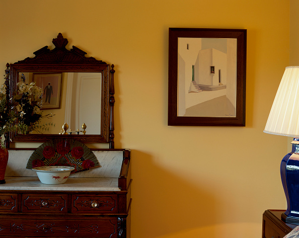 Bathroom「An ornate unit and painting are seen against a wall」:写真・画像(3)[壁紙.com]