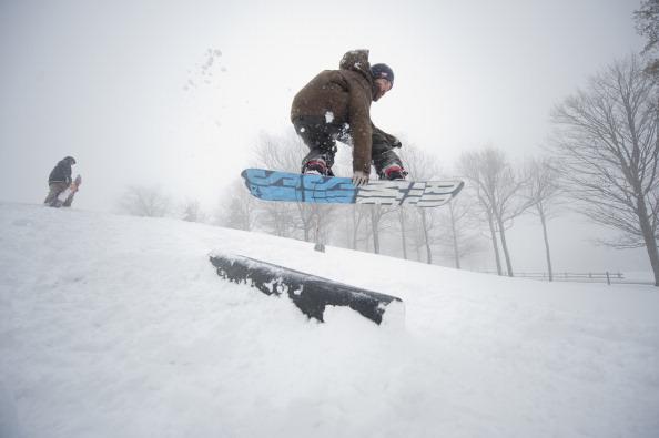 スノーボード「April Storm Dumps Snow Across Northeastern U.S.」:写真・画像(1)[壁紙.com]