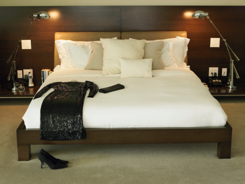 Dress「Black dress and purse on bed」:スマホ壁紙(5)