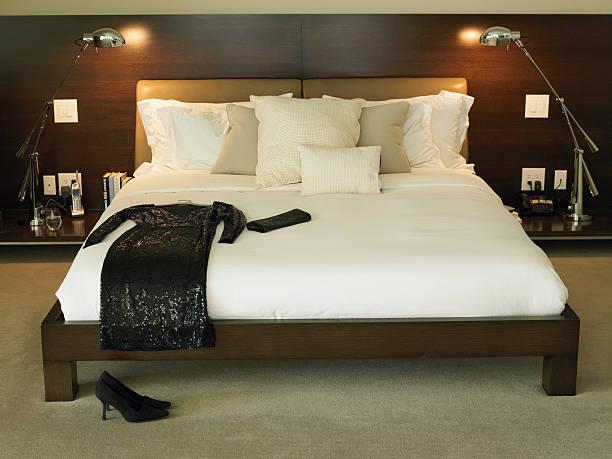Black dress and purse on bed:スマホ壁紙(壁紙.com)