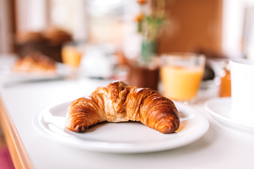 Bun - Bread「Breakfast - Croissant on table」:スマホ壁紙(0)