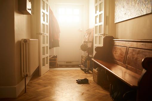 Leaving「An empty hallway in a family home」:スマホ壁紙(14)