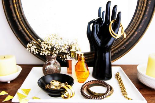Tray「化粧鏡付タンス、ファッションアクセサリー、花、化粧品」:スマホ壁紙(14)
