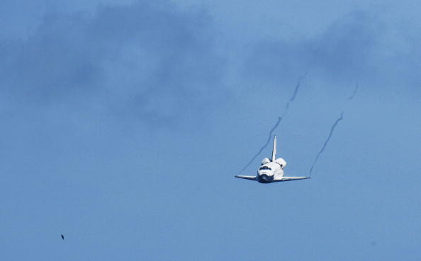 Landing - Touching Down「Space Shuttle Endeavour Returns To Kennedy Space Center」:写真・画像(11)[壁紙.com]